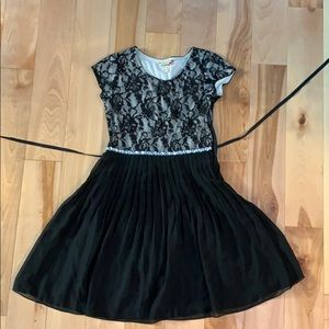 Side zipping lace top dress